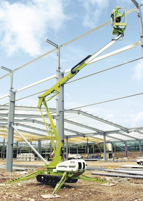 Nacelle élévatrice araignée posée sur stabilisateurs 12 mètres de hauteur de travail